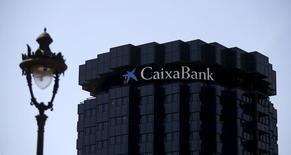 El Ibex-35 cerró el jueves con un repunte de casi un uno por ciento, que le permitió recuperar el nivel de los 9.400 puntos, apoyado en la subida de los valores vinculados a materias primas y el rebote de los bancos liderados por Caixabank.  En la imagen, la sede de CaixaBank en Barcelona el 18 de abril de 2016. REUTERS/Albert Gea
