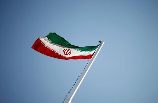 2月2日、米政府はイランの弾道ミサイル発射実験を受け、3日にも同国の複数の団体に新たに制裁を科す方針であることが、事情に詳しい関係筋の話で明らかになった。 イランの国旗、テヘランで2011年撮影(2017年 ロイター/STR)