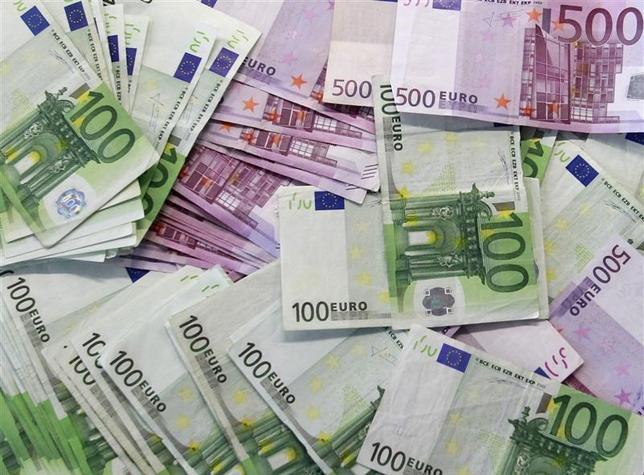 2月2日、欧州の債券市場は、ECBが景気と物価を支えるために「何でもやる」ことを期待する局面から、現在の大規模緩和の軌道修正に向けて「次の動きは何か」を探る段階へと移行した。写真はユーロ紙幣。マドリードで2011年1月撮影(2017年 ロイター/Andrea Comas)