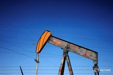 Станок-качалка в Денвере, Колорадо 2 февраля 2015 года. Цены нанефтьвыросли в ходе утренних торгов в пятницу из-за сообщений о том, что президент США Дональд Трамп может ввести новые экономические санкции против Ирана.  REUTERS/Rick Wilking/File Photo