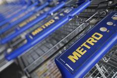 Metro, qui prépare sa scission en deux sociétés indépendantes cette année, a publié vendredi un bénéfice d'exploitation légèrement inférieur aux attentes au titre du trimestre octobre-décembre, conséquence de la faiblesse des performances de ses magasins d'entrepôt et de ses hypermarchés. /Photo d'archives/REUTERS/Wolfgang Rattay