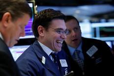 Wall Street a terminé en hausse appréciable la dernière séance de la semaine, stimulée par une solide statistique de l'emploi et par le secteur bancaire. L'indice Dow Jones a pris 0,94% vendredi. Le S&P-500, plus large, a gagné 0,73%. Le Nasdaq Composite a avancé de 0,54%. /Photo prise le 19 janvier/REUTERS/Brendan McDermid