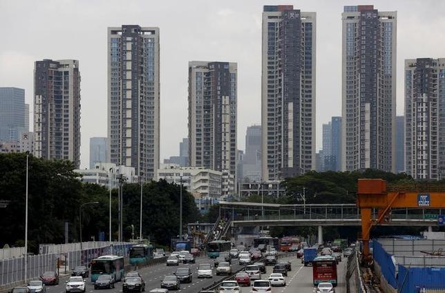 2月4日、中国で最も住宅市場が過熱している都市の1つ、深セン市で1月の新築住宅販売高が前月比で23.6%減少した。新華社が地方政府の統計として報じた。写真は深セン市内、2015年8月撮影(2017年 ロイター/Bobby Yip)