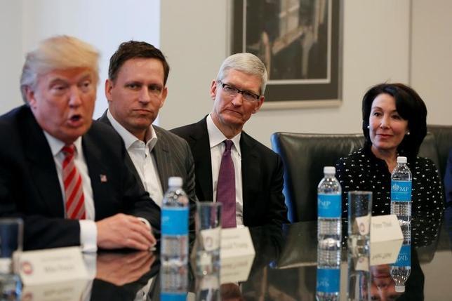 2月5日、関係筋によると、イスラム圏7カ国から米国への入国を制限する大統領令をめぐり、複数の米IT(情報技術)企業は6日、米政権が提案した大統領令の修正を遂行するよう求める書簡をトランプ大統領宛に送付する見通しだ。写真は昨年12月、トランプ大統領(写真左)と米主要テクノロジー企業のトップとの会談で撮影。写真左から2番目から順番にペイパルとフェースブックの取締役メンバー・ピーター・ティエル氏(ペイパルとフェースブックの取締役)、ティム・コック氏(アップルCEO)、カッツ氏(オラクルCEO)(2017年 ロイター/Shannon Stapleton)