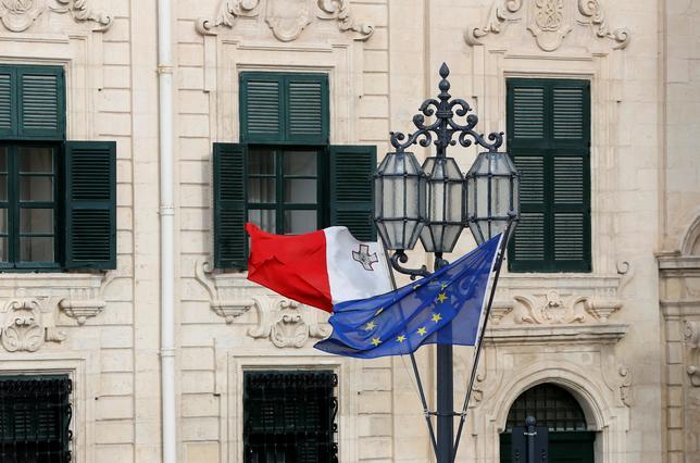 2月3日、欧州連合(EU)は、当地で開催した非公式首脳会合で、トランプ米政権の政策をめぐり団結して対応することで一致した。ただ、会合で示された各国の対米姿勢には相違が見られた。写真は2日、首脳会合が開催されたマルタのバレッタに掲げられたマルタとEUの旗(2017年 ロイター/Yves Herman)
