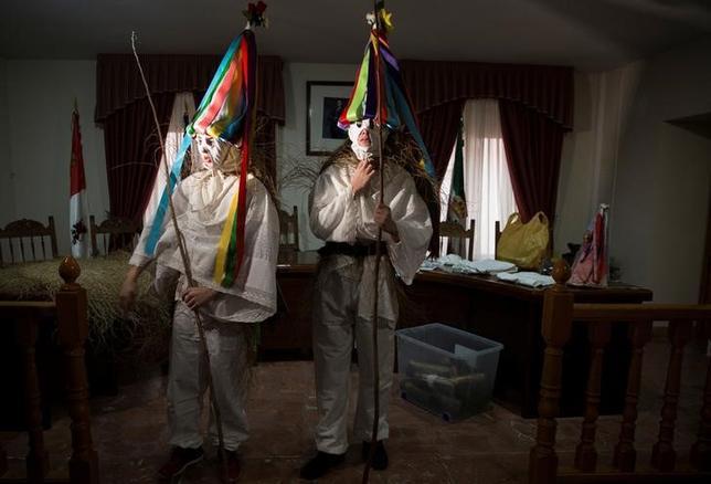 2月3日、スペイン中部の村カサビエハで、数世紀前から続く「聖ブラジウスの祭り」が行われた。18歳の住民が、顔を覆ったり円錐形のカラフルな帽子をかぶる「zarramaches」と呼ばれる風変わりな格好で、通りを行進しながら子供たちを追いかけるのが習わし(2017年 ロイター/Sergio Perez)