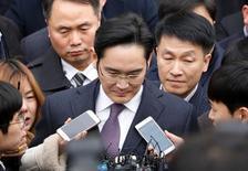 Líder de Samsung Group, Jay Y. Lee, en Corea del Sur.    18/01/2017.Samsung Group anunció que disolverá su oficina de estrategia corporativa cuando finalice una investigación especial en su contra, estableciendo un cronograma para el cierre de un centro de poder en la empresa que ha sido criticado por su papel en un escándalo de corrupción que sacude a Corea del Sur.   REUTERS/Kim Hong-Ji