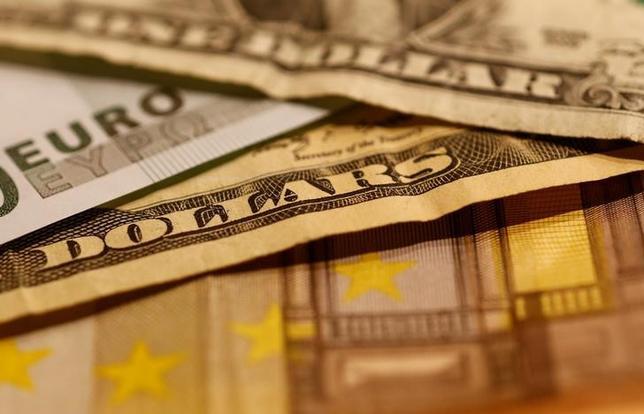 2月6日、終盤のニューヨーク外為市場ではユーロがドルに対して下落し、1週間ぶりの安値をつけた。写真はユーロとドルの紙幣、昨年10月撮影(2017年 ロイター/Leonhard Foeger)