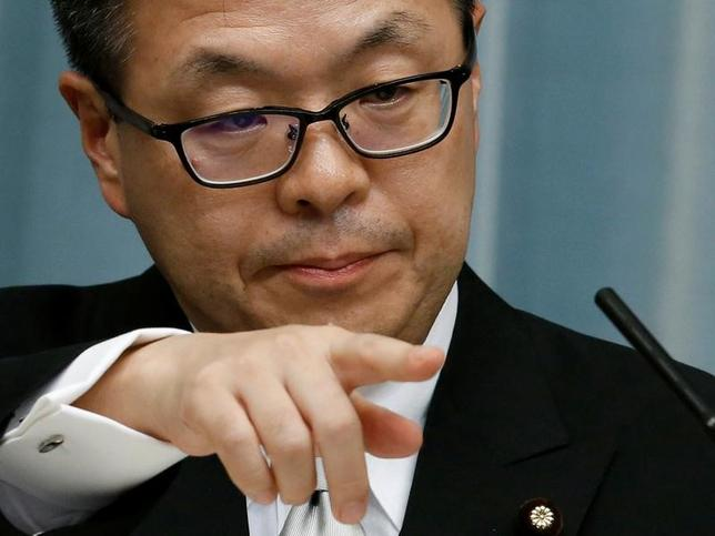 2月7日、世耕弘成経済産業相は閣議後の会見で、10日の日米首脳会談に、国会など諸般の事情が許せば同行し、経済通商関係のテーマでサポートしたいと述べた。写真は昨年8月、安倍首相官邸で記者会見をする世耕経産相(2017年 ロイター/Kim Kyung-Hoon)