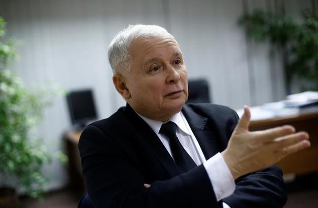 2月6日、欧州連合(EU)欧州委員会のカタイネン副委員長(フィンランド元首相)は、加盟国のポーランドが「法の支配」の原則に従わなければ、同国のEU投票権を凍結する可能性があると述べた。写真はポーランドの保守系与党「法と正義」(PiS)のカチンスキ党首。ワルシャワで昨年12月撮影(2017年 ロイター/Kacper Pempel)