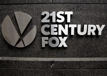 Twenty-First Century Fox a publié lundi un bénéfice trimestriel supérieur aux prévisions, en raison notamment des performances de ses chaînes de télévision avec le baseball et la campagne présidentielle aux Etats-Unis, mais un chiffre d'affaires en-deça des attentes des analystes. /Photo d'archives/REUTERS/Brendan McDermid