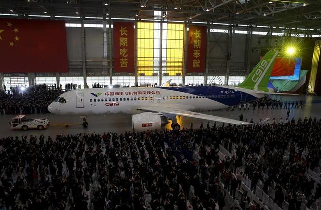 2月6日、中国の国産狭胴型ジェット旅客機「C919」が、今年前半に初飛行を行う計画であることがわかった。国営メディアが報じた。写真は2015年11月、記者会見で披露された中国商用飛機製「C919」(2017年 ロイター)
