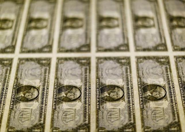 2月7日、終盤のニューヨーク外為市場ではドルが主要通貨に対して上昇した。写真はドル紙幣、2014年11月撮影(2017年 ロイター/Gary Cameron)