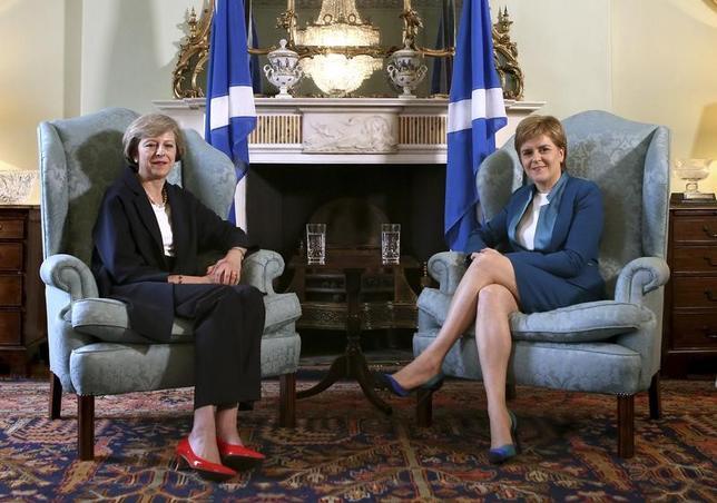 2月7日、スコットランドの都市ダンディーの地元紙クーリエが7日伝えたところによると、メイ英首相(写真左)はスコットランドのスタージョン行政府首相(写真右)が2週間後に英国からの独立の是非を問う住民投票の再実施を要請すると見越して戦略を練っている。写真は昨年7月英エジンバラでの代表撮影(2017年/ロイター)