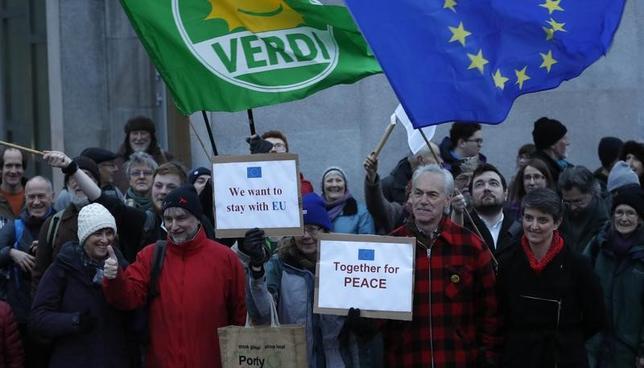2月7日、スコットランド議会は、英国による欧州連合(EU)離脱手続きの開始を拒否する議案の採決において、圧倒的多数で可決した。写真はEU残留を求め集会に参加する人々。エジンバラで撮影(2017年 ロイター/Russell Cheyne)