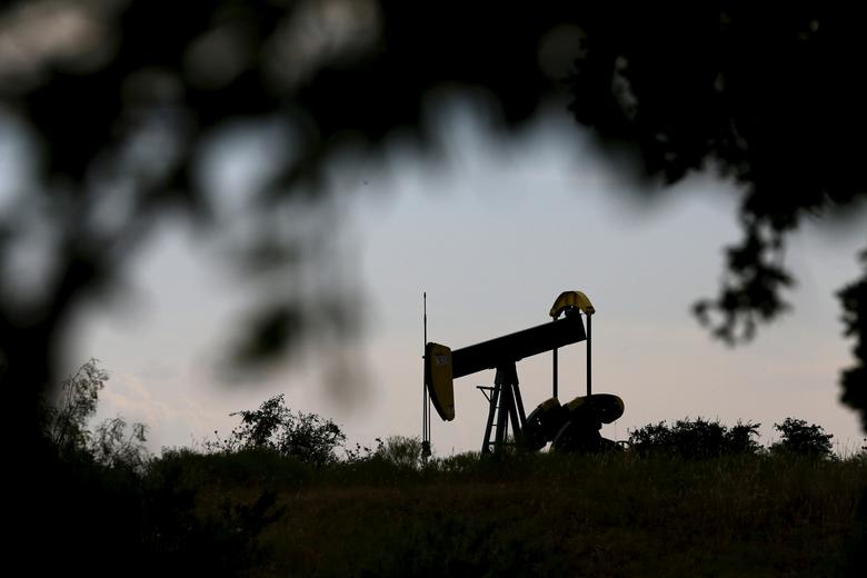 FILE PHOTO: An oil pump jack can be seen in Cisco, Texas, August 23, 2015.  REUTERS/Mike Stone/File Photo