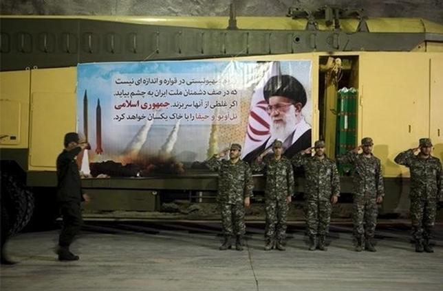 2月7日、トランプ米政権が、イランの革命防衛隊(IRGC)のテロ組織指定につながる可能性のある提案を検討していることがわかった。米当局者が明らかにした。写真はイランの革命防衛隊の空軍部隊。イラン国内の地下のミサイル発射設備場所(場所詳細は未明)で撮影されたもの。ファース・ニュース・エージェンシー提供(2017年 ロイター)