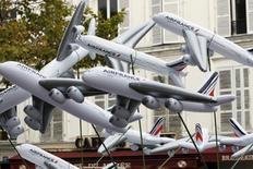 Air France-KLM, à suivre mercredi à la Bourse de Paris. Le trafic passagers du groupe a progressé de 5,3% en janvier et ses capacités de 4,7%. Le coefficient d'occupation atteint 85,6 points (+0,5 point). /Photo d'archives/REUTERS/Charles Platiau