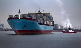 Контейнеровоз Carsten Maersk входит в порт Роттердама. 14 апреля 2011 года. Датская группа компаний A.P. Moller-Maersk отчиталась о не дотянувшей до прогнозов прибыли в четвертом квартале, однако сообщила, что ждет роста базовой прибыли по итогам текущего года. REUTERS/Jerry Lampen