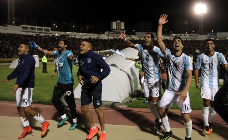 Football Soccer - Copa Libertadores - Ecuador's El Nacional v Argentina's Atletico Tucuman - Olimpico Atahualpa stadium, Quito, Ecuador - 7/2/2017 -Atletico Tucuman's players celebrate after they won the match. REUTERS/Guillermo Granja