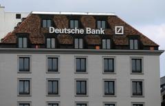 Le département américain de la Justice (DoJ) enquête sur d'éventuelles irrégularités de la part d'individus ayant travaillé pour la branche de prêts immobiliers de Deutsche Bank. /Photo d'archives/REUTERS/Denis Balibouse
