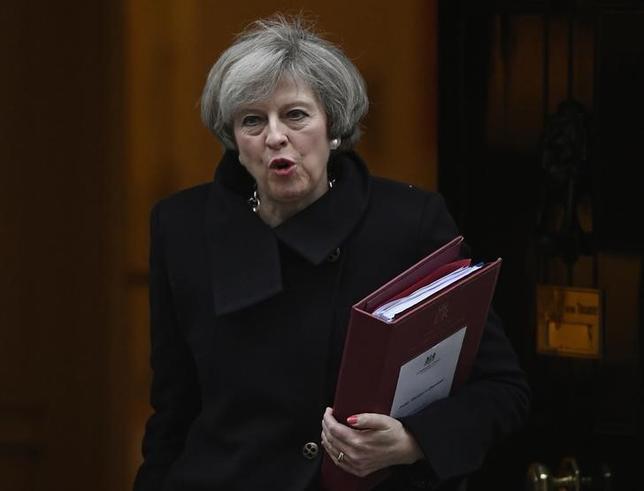 2月8日、欧州連合(EU)離脱手続き開始の通告を行う権限をメイ首相(写真)に与える法案について、英議会下院が、賛成494票、反対122票の賛成多数で可決した。ロンドンで撮影(2017年 ロイター/Toby Melville)