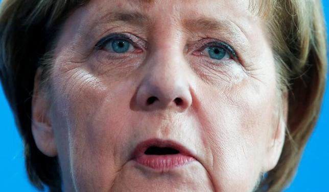 2月8日、ドイツのメルケル首相は、欧州連合(EU)は米国との自由貿易協定(FTA)交渉が進展しない場合は他の諸国と交渉を加速する必要があるとの見方を示した。写真はベルリンのウルグアイ大統領との会合後の記者会見で撮影(2017年 ロイター/Hannibal Hanschke)
