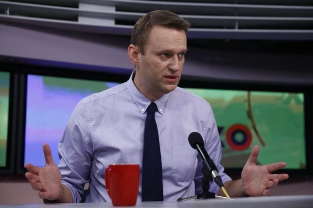 2月8日、ロシア中部キーロフの裁判所は、来年のロシア大統領選に出馬を表明している野党勢力の指導者アレクセイ・ナワリヌイ被告(写真)に対し、横領罪で執行猶予付きの有罪判決を下した。写真はロシアの首都モスクワで昨年12月撮影(2017年 ロイター/Maxim Shemetov)