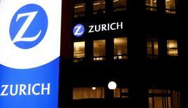 Zurich Insurance a vu son bénéfice net bondir de 74% l'année dernière avec le redressement de ses activités dans l'assurance généraliste, particulièrement malmenées fin 2015, ce qui a permis au groupe de confirmer jeudi les objectifs fixés par son nouveau directeur général Mario Greco. /Photo d'archives/REUTERS/Arnd Wiegmann