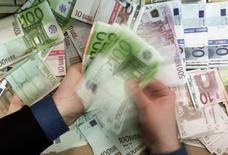 Работник лондонского банка считает деньги. 12 декабря 2001 года. Объём операций нелегального вывода денег из России за рубеж, по предварительной оценке, за 2016 год сократился в 2,5 раза с 600 миллиардов рублей в 2015 году до 190 миллиардов рублей в 2016 году, сказала глава ЦБР Эльвира Набиуллина. REUTERS/Russell Boyce