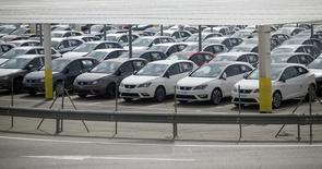 La convocatoria de una huelga de los 6.155 estibadores en los 46 puertos españoles, que podría bloquear el comercio por mar, está provocando preocupación en el sector de la exportación, que supone cerca del 30 por ciento del Producto Interior Bruto del país. En la foto de archivo, coches nuevos en la planta de Seat en Martorell en Barcelona el 8 de septiembre de 2015. REUTERS/Albert Gea
