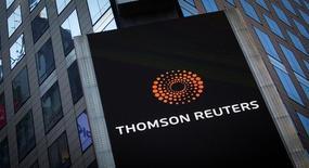 Логотип Thomson Reuters на здании в Нью-Йорке. Компания Thomson Reuters Corp в четверг отчиталась о более высокой, чем ожидалось, квартальной чистой прибыли и сообщила, что ждет роста выручки в текущем году на 1-3 процента.  REUTERS/Carlo Allegri/File Photo