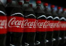 Бутылки Coca-Cola в магазине Walmart в Комптоне, Калифорния, 10 января 2017 года. Квартальная выручка Coca-Cola Co превысила прогнозы благодаря увеличению продаж газированных напитков компании в Северной Америке, ее крупнейшем рынке. REUTERS/Mike Blake