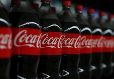 Coca-Cola a annoncé jeudi prévoir un bénéfice ajusté annuel en repli en raison des coûts liés à son retrait de l'activité d'embouteillage en Amérique du Nord. /Photo prise le 10 janvier 2017/REUTERS/Mike Blake