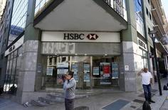 Imagen de archivo de una sucursal del banco HSBC en Buenos Aires, abr 21, 2016. Cuando Argentina lanzó un programa de amnistía fiscal el año pasado para traer de vuelta miles de millones de dólares ocultos fuera del país, se encontró con un apoyo inesperado: los bancos cuyos clientes tenían dinero guardado en el extranjero.  REUTERS/Enrique Marcarian