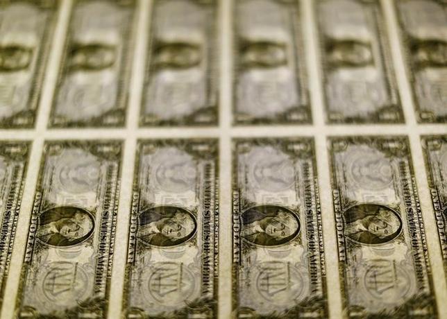 2月9日、ニューヨーク外為市場では、ドルが幅広い通貨に対して上昇した。写真はドル紙幣、2014年11月撮影(2017年 ロイター/Gary Cameron)