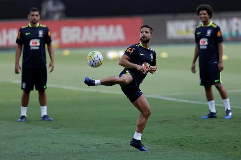 Football Soccer - International friendly - Training session - Rio de Janeiro, Brazil - 24/1/17 - Brazil's Diego (C) controls the ball during a training session. REUTERS/Ueslei Marcelino