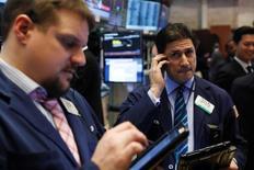 Трейдеры на торгах Нью-Йоркской фондовой биржи 6 февраля 2017 года.  Три основных индекса Уолл-стрит обновили максимумы в четверг, после того как президент США Дональд Трамп пообещал объявить о  налоговых изменениях через несколько недель. REUTERS/Lucas Jackson