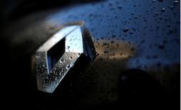 Renault a fait état vendredi d'un chiffre d'affaires et d'une marge opérationnelle records en 2016 grâce notamment à l'impact de ses nouveaux modèles sur ses volumes et ses prix, dépassant les objectifs du plan stratégique qui s'achève. /Photo d'archives/REUTERS/Christian Hartmann
