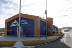 Una vista de la entrada principal de la minera Escondida, cerca de  Antofagasta, Chile. 9 de febrero 2017. La minera global BHP Billiton declaró fuerza mayor sobre los envíos de cobre desde su gigantesco yacimiento Escondida en Chile, luego de que sus trabajadores iniciaran un segundo día de paralización, confirmó el viernes a Reuters un portavoz de la compañía.  REUTERS/Juan Ricardo EDITORIAL USE ONLY. NO RESALES. NO ARCHIVE