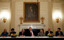"""Donald Trump recibe a jefes empresariales en la Casa Blanca en Washington 3 de febrero de 2017. Los inversores esperan que la próxima semana se sostenga el buen clima para los mercados de Estados Unidos, luego de que el presidente Donald Trump prometiera un recorte de impuestos """"fenomenal"""" en breve, que sería el más grande desde el gobierno de Ronald Reagan.REUTERS/Kevin Lamarque - RTX2ZIOT"""