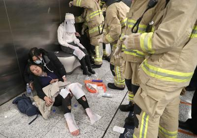 Man sets fire on busy Hong Kong subway