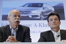 Daimler a annoncé vendredi la démission avec effet immédiat et à sa propre demande du responsable de sa division poids lourds, Wolfgang Bernhard (à droite), un an avant le terme prévu de son contrat. Bernhard, considéré un temps comme un successeur potentiel du président du directoire Dieter Zetsche (à gauche), a demandé à être relevé de ses fonctions au sein du directoire pour raisons personnelles. /Photo d'archives/REUTERS/Alex Domanski