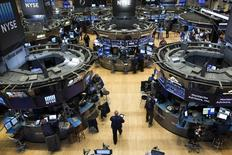 La Bourse de New York a encore atteint des records vendredi, poursuivant son mouvement haussier relancé la veille par la promesse de Donald Trump d'annoncer d'importantes baisses d'impôts, et soutenue par la hausse des cours du pétrole. Le Dow Jones a terminé en hausse de 0,48%, à un record historique de 20.269,37 points. /Photo d'archives/REUTERS/Brendan McDermid