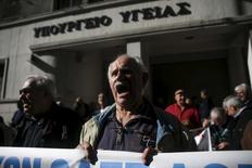 """El primer ministro griego, Alexis Tsipras, dijo el sábado que creía que la prolongada revisión del rescate del país se completaría positivamente, pero dijo que Atenas no aceptaría las demandas """"ilógicas"""" de sus acreedores. En la imagen, un pensionista griego grita eslóganes durante una manifestación junto el Ministerio de Sanidad en Atenas, Grecia, 26 de noviembre de 2015. REUTERS/Alkis Konstantinidis"""