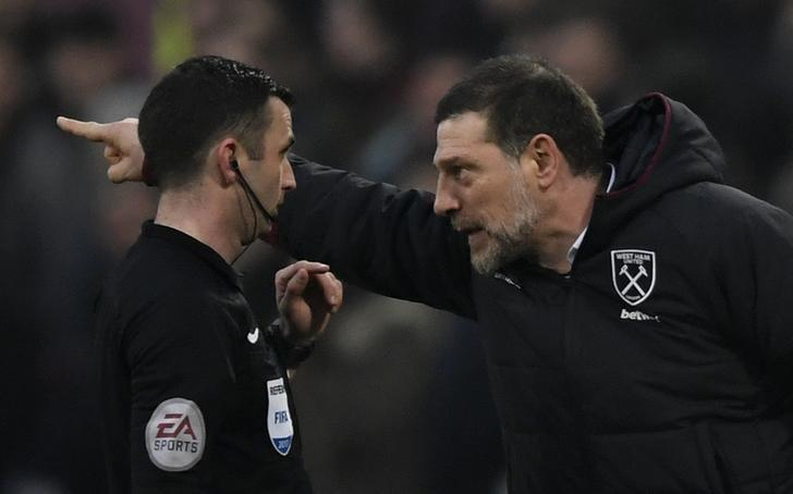 Britain Soccer Football - West Ham United v West Bromwich Albion - Premier League - London Stadium - 11/2/17 West Ham United manager Slaven Bilic remonstrates with referee Michael Oliver  Action Images via Reuters / Tony O'Brien