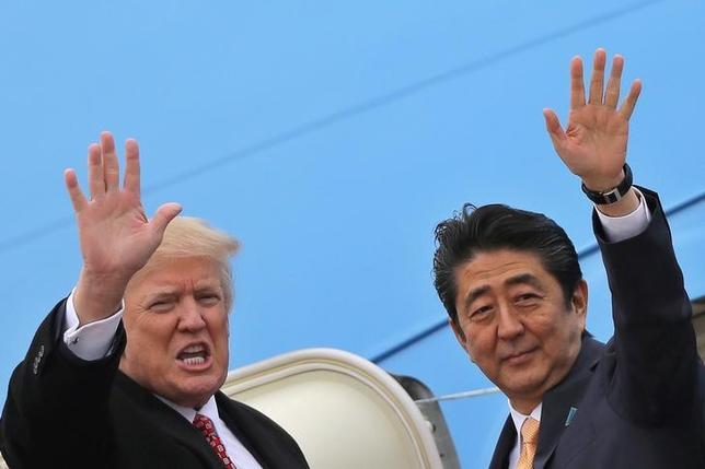 2月12日、自民党の下村博文幹事長代行は、日米首脳会談で合意した経済対話の新設について、安倍晋三首相(写真右)がトランプ米大統領(左)に提案したものと述べ、「外交、安全保障と経済を分ける意味で、日本にとっては非常にいい形になった」と評価した。メリーランド州で10日撮影/Carlos Barria)