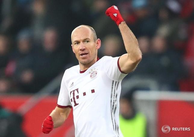 2月11日、サッカーのドイツ1部ブンデスリーガ、首位バイエルン・ミュンヘンはインゴルシュタットを2─0で下した。写真はバイエルンのアリエン・ロッベン(2017年 ロイター/Michael Dalder)