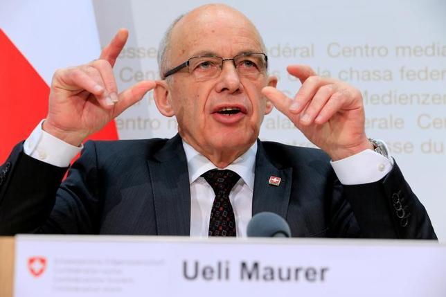2月12日、スイスで多国籍企業を優遇する州税制の撤廃を目指した法人税改革法案の賛否を問う国民投票が行われ、暫定集計によると反対票が59%を超え、否決が確定した。写真は選挙後に記者会見に応じるマウラー財務相。スイス・ベルンで撮影(2017年 ロイター/Pierre Albouy)