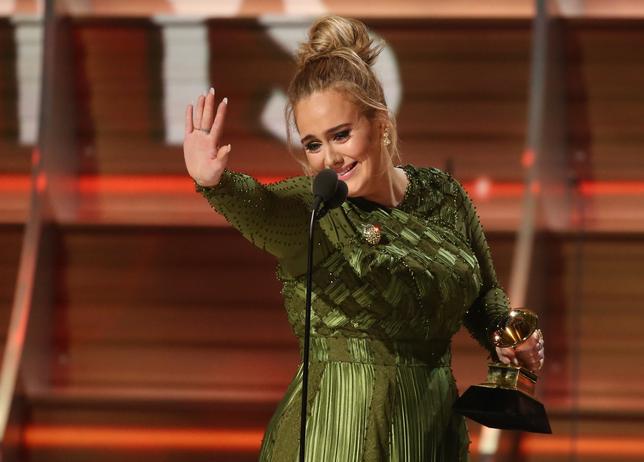 2月12日、米音楽界で最高の栄誉とされる第59回グラミー賞の授賞式が、ロサンゼルスで開催され、最優秀アルバム賞、最優秀楽曲賞、最優秀レコード賞の主要3部門すべてを英歌手アデルが受賞した(2017年 ロイター/Lucy Nicholson)